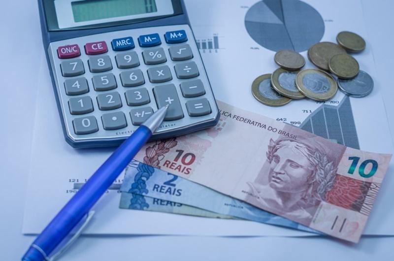 Dinheiro na mesa do escritório