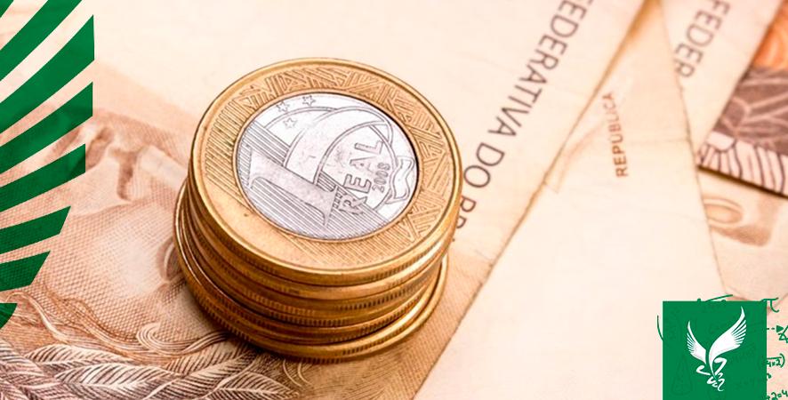 Notas e moedas empilhadas